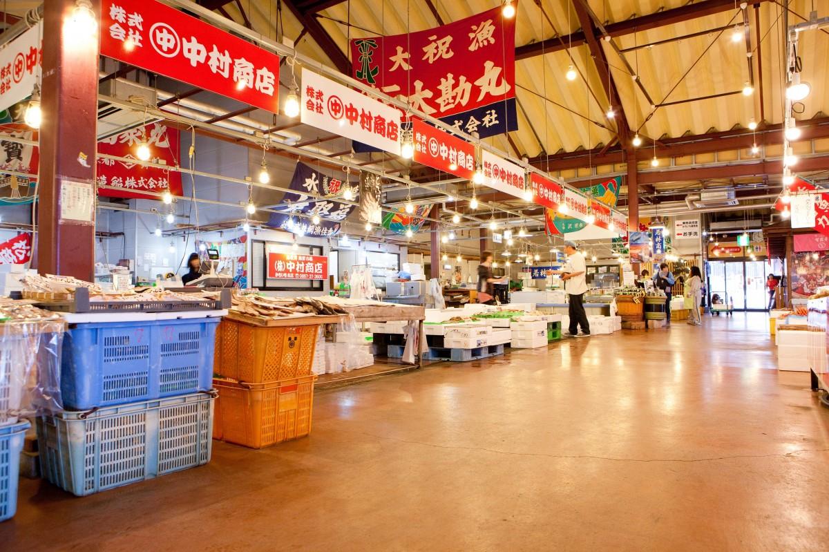 ตลาดของทะเลสดทตโตะริคะโรอิจิ